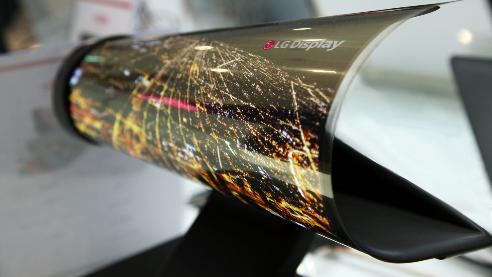 ces_2016_18_inch_rollable_oled-0-0